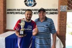 Goleiro menos vazado do Torneio, Diego (empresa Maittra), recebendo seu troféu do diretor Paulo Pavani