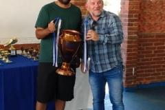 Presidente Betinho entregando o troféu de terceiro colocado para Andre, representante do time da empresa Technopaper.