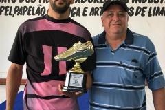 Cássio (empresa Maittra), artilheiro do torneio, com 14 gols, recebendo o troféu do diretor Paulo Pavani